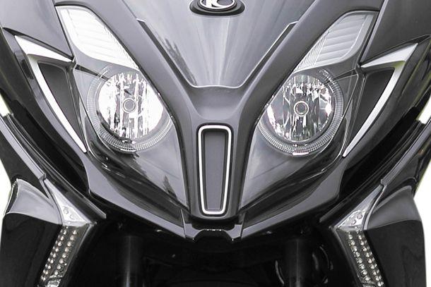 Motorroller 125ccm - Kymco NEW Downtown 125i ABS | Beste Sicht: große Doppelscheinwerfer mit umlaufenden LED-Leuchtband und LED-Blinklichter.