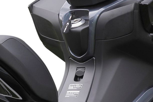 Motorroller 125ccm - Kymco NEW Downtown 125i ABS | In einem der beiden Staufächer ist zusätzlich ein USB-Anschluss integriert.
